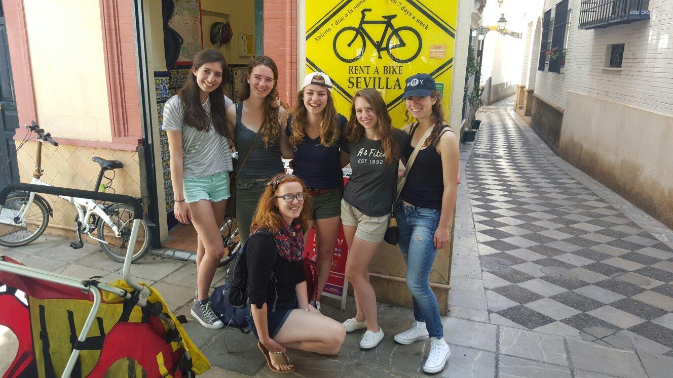 Grupo de chicas en Sevilla alquilando bicicletas